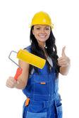Piękna młoda kobieta robi remonty — Zdjęcie stockowe
