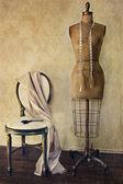 Antieke jurk vorm en stoel met vintage gevoel — Stockfoto