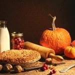 Bodegón de frutas de otoño y y crumble tarta — Foto de Stock