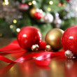 Red Christmas ornaments on a table — Stockfoto
