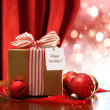 Gold Christmas gift box and ornaments with sparkle lights - Stockfoto