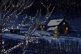 Escena de invierno cubierto de nieve de una cabaña en la distancia — Foto de Stock