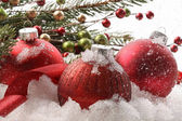 Red christmas balls in the snow — Stockfoto