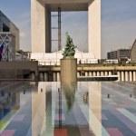 PARIS FRANCE - APRIL 14: Reflection of Grand Arch. Business district La Def — Stock Photo #7508711