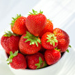 Foto Stock: Strawberries in bowl in daylight