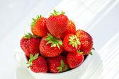 Fresas en un cuenco en la luz del día — Foto de Stock