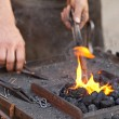 Embers, fire, smoke, tools and the hands of a blacksmith — Foto Stock