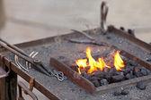 余烬、 火、 烟和铁匠工具 — 图库照片