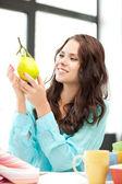 Mujer encantadora con limón — Foto de Stock