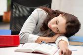Mujer dormida con el libro — Foto de Stock