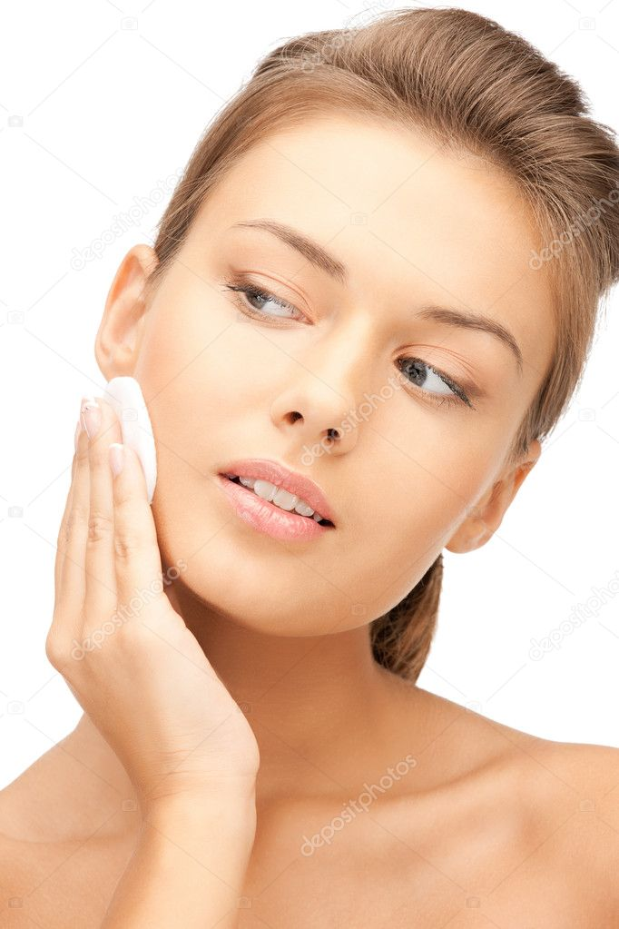 Bright closeup portrait picture of beautiful woman with cotton pad — Photo #6910006