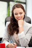 Glückliche Frau mit großen Notizblock — Stockfoto