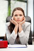 Klidnou ženu s velkým poznámkový blok — Stock fotografie