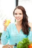 Mulher bonita com um copo de suco — Foto Stock