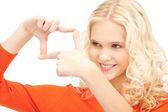 прекрасная женщина, создание рамки с пальцами — Стоковое фото