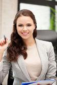 šťastná žena s velkým poznámkový blok — Stock fotografie