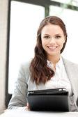 Glad kvinna med tablet pc-dator — Stock fotografie