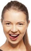 Ragazza adolescente conficca fuori la lingua — Foto Stock