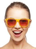 Glada skrikande tonårsflicka i nyanser — Stockfoto