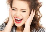 žena s rukama na uších — Stock fotografie