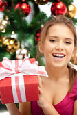 Szczęśliwa kobieta z pudełko i choinki — Zdjęcie stockowe