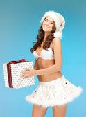 Santa helper flicka i underkläder med presentask — Stockfoto