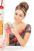 Hermosa ama de casa con el bolso y el dinero — Foto de Stock