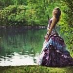 jonge schoonheid in natuur landschap — Stockfoto