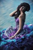 Roztomilá žena v nádherných šatech — Stock fotografie