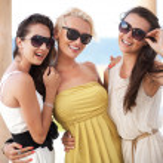 Three adorable women wearing sunglasses — Stock Photo