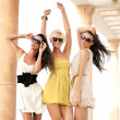 Three cheerful women wearing sunglasses — Stockfoto
