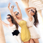 Три веселых женщин носить солнцезащитные очки — Стоковое фото