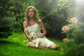 Sevimli genç bayan bir köpek yavrusu holding — Stok fotoğraf