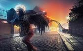 Raven mulher correndo na rua da cidade vazia — Fotografia Stock