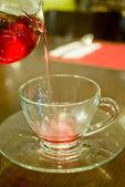 Le thé chaud couler à la coupe — Photo