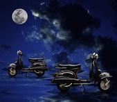 停泊在水面上的黑色复古摩托车 — 图库照片