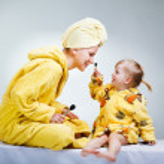 Daughter and mother putting makeup — Stock Photo