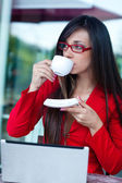 Businesswoman in outdoors cafe — Stock Photo
