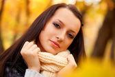 Closeup cara de una mujer en el parque de autmn — Foto de Stock
