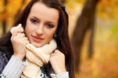 Beautiful woman in autmn park — Stock Photo