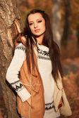 Woman standing near tree in autmn park — Stock Photo