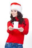 Mujer con suéter rojo sosteniendo la taza en la placa — Foto de Stock