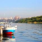 由一个码头的旧船 — 图库照片