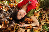 Lady in autumn park — Stockfoto