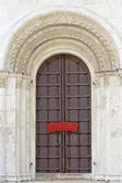 Old door and white stone carvings, ancient church, Russia — Stock Photo