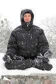 Man meditating in winter — Stock fotografie