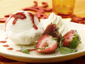 Dish with ice cream and strawberry — Stock Photo