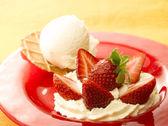 Czerwony danie z lodami i truskawki — Zdjęcie stockowe