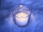 Candle in the snow — 图库照片