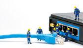 Techników podłączenia kabla sieciowego — Zdjęcie stockowe